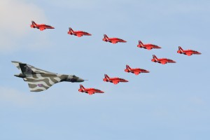 Avro_Vulcan_XH558_&_Red_Arrows_-_Royal_International_Air_Tattoo_2015_(19328350274)